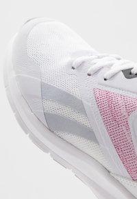 Reebok - RUNNER 4.0 - Neutrální běžecké boty - white/black/jasmin pink - 5