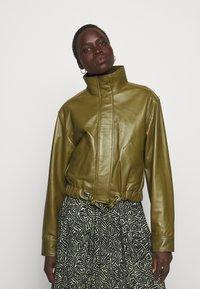 Proenza Schouler White Label - LIGHTWEIGHT DRAWSTRING WAIST JACKET - Leather jacket - military - 0