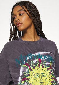 BDG Urban Outfitters - MYTHOLOGIES DAD TEE - T-shirt con stampa - grey - 4
