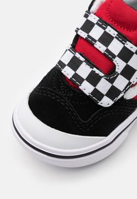 Vans - COMFYCUSH NEW SKOOL - Baskets basses - black/red - 5