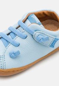 Camper - PEU CAMI - Zapatos con cierre adhesivo - light/pastel blue - 5