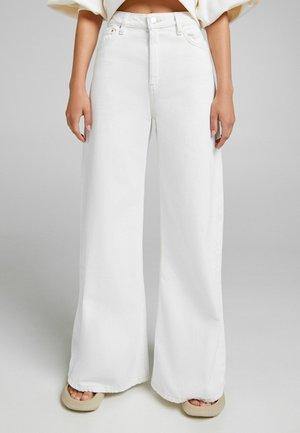 MIT KONTRASTEN  - Flared Jeans - white