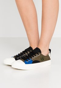 McQ Alexander McQueen - SWALLOW CAPSULE - Sneakersy niskie - khaki/skate/blue - 0