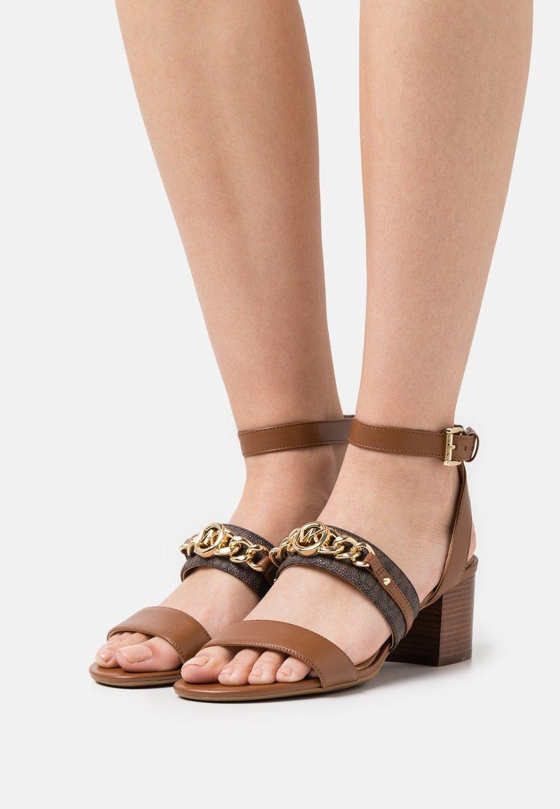 MICHAEL Michael Kors - ROXANE FLEX MID - Sandals - luggage