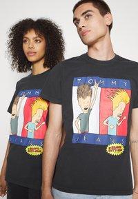 Tommy Jeans - ABO TJU X BEAVIS TEE UNISEX - T-Shirt print - blackout - 5