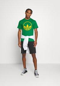 adidas Originals - CIRCLE TREFOIL - T-shirt imprimé - green - 1