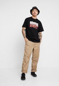 Carhartt WIP - MATT MARTIN FLAGS T-SHIRT - T-shirt con stampa - black - 1