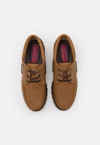 Blue Heeler - FENDER UNISEX - Boat shoes - cognac - 3