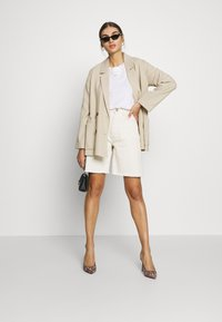 Missguided - FRAYED LONG LINE - Denim shorts - sand - 1