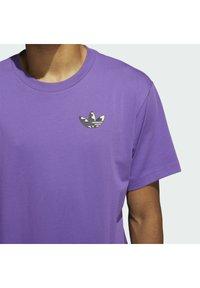 adidas Originals - STILL LIFE SUMMER SHORT SLEEVE T-SHIRT - T-shirt med print - purple - 4