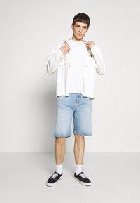 Jack & Jones - JORTROPIC TEE - Camiseta estampada - cloud dancer - 1