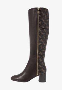 Guess - ADDALIZ - Høje støvler/ Støvler - brown - 1