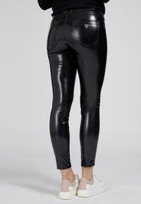 Guess - Trousers - schwarz - 2