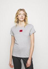 HUGO - THE SLIM TEE - T-shirt z nadrukiem - grey melange - 0