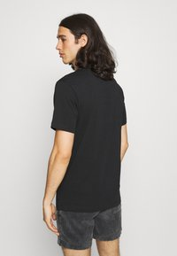 Nike Sportswear - M NSW BEACH FLAMINGO - T-shirts print - black - 2