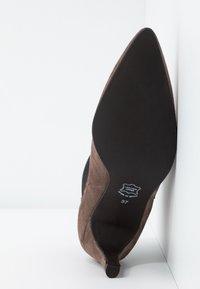 Brenda Zaro - BENETTBO - Ankle boots - lodos - 6