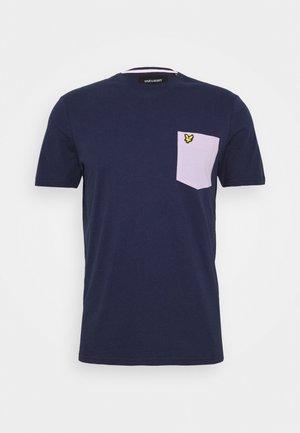 CONTRAST POCKET - Print T-shirt - navy/ dusky lilac