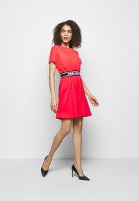 KARL LAGERFELD - LOGO TAPE DRESS - Sukienka z dżerseju - tangerine - 1