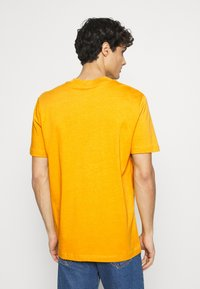Selected Homme - SLHRELAXCOLMAN O NECK TEE - Basic T-shirt - mango mojito - 2