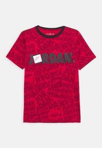 Jordan - JUMPMAN BY SPLASH TEE UNISEX - Print T-shirt - gym red - 0