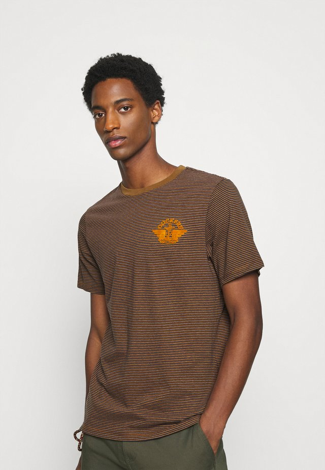 LOGO TEE - Printtipaita - dark ginger/desert honey