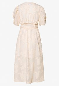 Lost Ink Petite - TEXTURED WRAP MIDI DRESS - Kjole - cream
