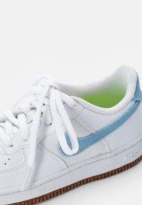 Nike Sportswear - FORCE 1 LV8 M2Z2 BP UNISEX - Tenisky - white/obsidian-white-black - 5