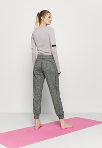 Sweaty Betty - GARY YOGA TROUSERS - Pantalones deportivos - black - 2