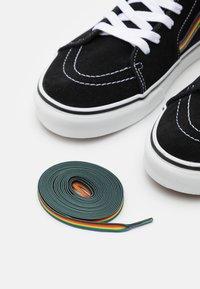 Vans - SK8-HI PRIDE UNISEX  - Høye joggesko - black/multicolor/true white - 5