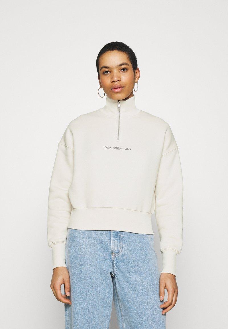 Calvin Klein Jeans - BACK REFLECTIVE LOGO HALF ZIP - Sweatshirt - white sand