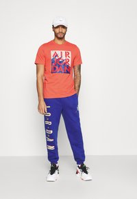 Jordan - STENCIL CREW - T-shirt med print - track red/infrared/oatmeal - 1