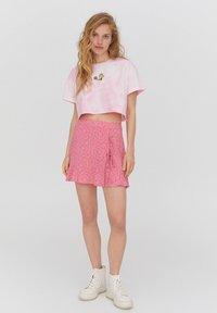 PULL&BEAR - PEANUTS - Print T-shirt - rose - 1