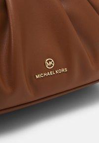 MICHAEL Michael Kors - HANNAH - Olkalaukku - luggage - 7
