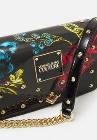 Versace Jeans Couture - PRINTED REVOLUTION STUDS CROSSBODY - Across body bag - nero - 3