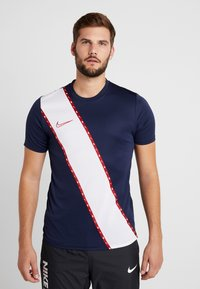 Nike Performance - DRY - T-shirt med print - obsidian/gym red - 0