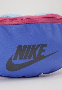Nike Sportswear - HERITAGE UNISEX - Bum bag - sapphire/cosmic fuchsia/iron grey - 6