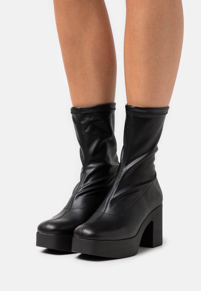 Mis Pepas - Kotníkové boty na platformě - black