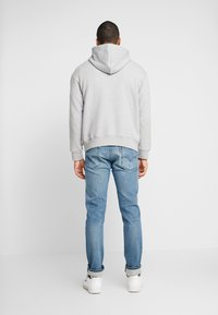 Levi's® - RELAXED GRAPHIC HOODIE - Huppari - mid tone grey heather - 2