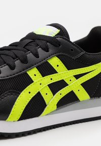 ASICS SportStyle - TIGER RUNNER UNISEX - Zapatillas - black/hazard green - 5