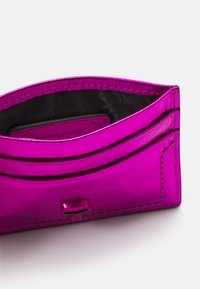 KARL LAGERFELD - IKONIK 3D PIN CARD HOLDER - Pouzdro na vizitky - pink - 3