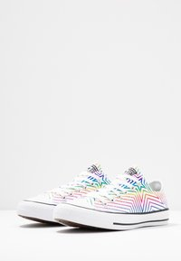 Converse - CHUCK TAYLOR ALL STAR ALL OF THE STARS - Trainers - white/black - 4