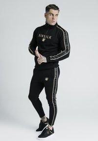 SIKSILK - DANI ALVES ATHLETE BRANDED TRACK PANTS - Pantalon de survêtement - black - 1