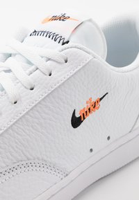 Nike Sportswear - COURT VINTAGE UNISEX - Sneakersy niskie - white/black/total orange - 5
