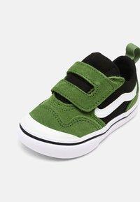Vans - COMFYCUSH NEW SKOOL UNISEX - Skateschoenen - cactus/black - 6