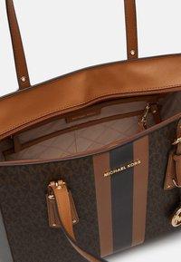 MICHAEL Michael Kors - VOYAGER SEMI LUX  - Handbag - brown/acorn - 4
