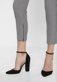 Guess - CARRIE PANTS - Trousers - black/white - 3