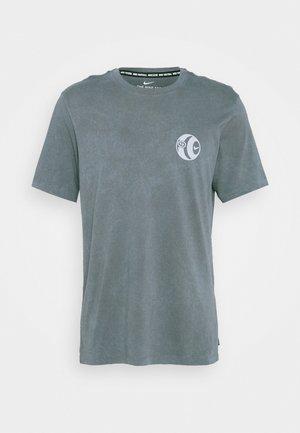FC TEE SEASONAL - T-shirts med print - smoke grey