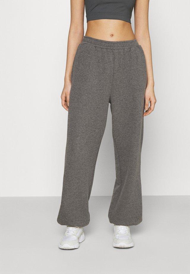 NA-KD X ZALANDO EXCLUSIVE - LOOSE FIT PANTS - Trainingsbroek - dark grey