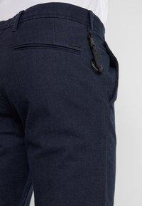 BOSS - Spodnie materiałowe - navy - 5