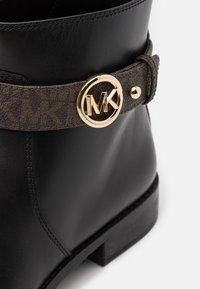 MICHAEL Michael Kors - ABIGAIL FLAT - Ankelstøvler - black/brown - 4